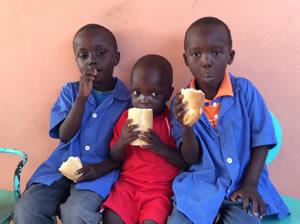 Desayunos en el parvulario de Sanghé (Senegal)