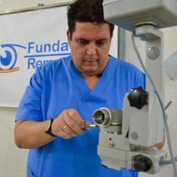 09.- Eduardo Álvarez-Rementería, logista de la expecidión, ajusta el microscopío _ Chema Caballero