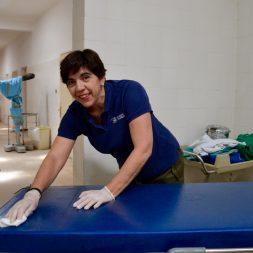 02.- Marrimar Arroyo limpia la camilla que se utilizará en las operaciones _ Chema Caballero